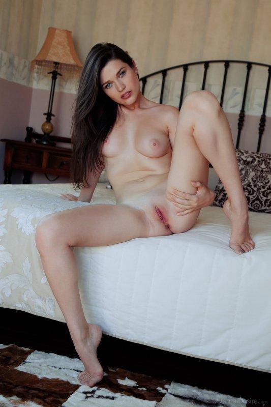 Гладкая красивая киска русской девушки крупным планом