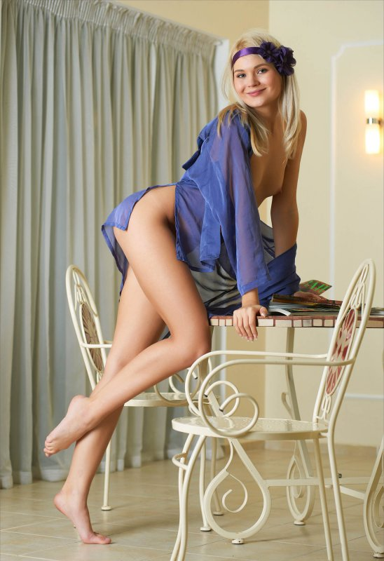 Худенькая молодая блондинка грациозно разделась догола
