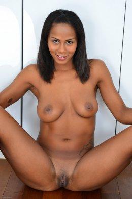 Соблазнительная мулатка с красивой грудью и киской