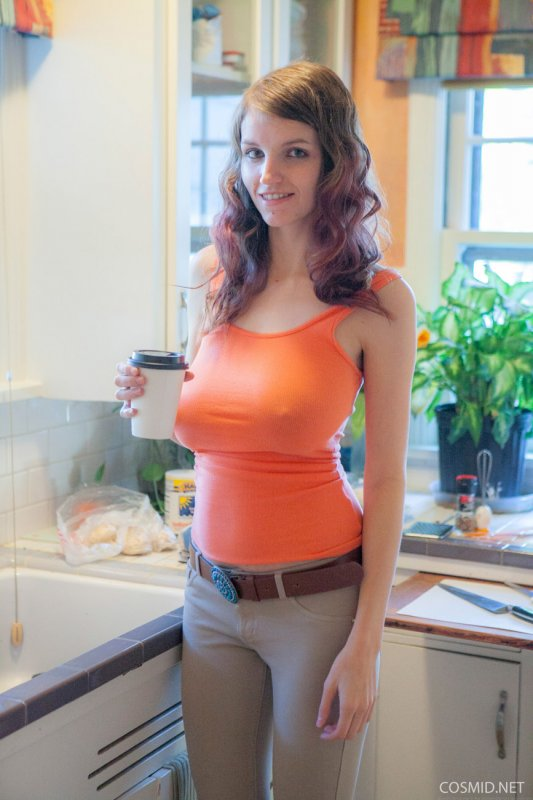 Рыжая стройная красотка с большой грудью голая на кухне