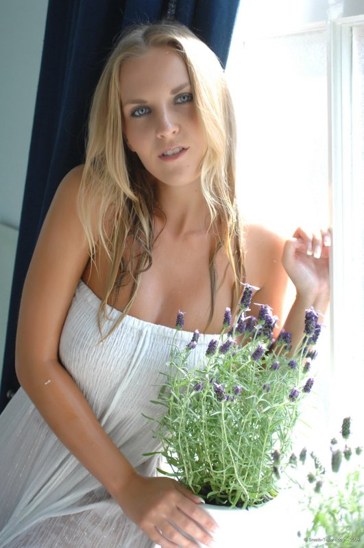 Сексуальная блондинка разделась и обнажила упругие сиськи