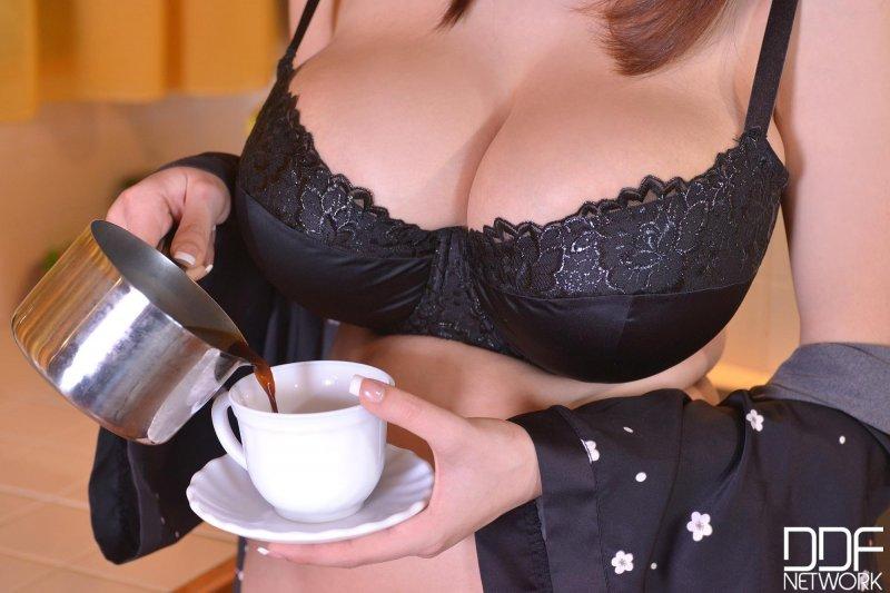 Девушка с огромной натуральной грудью балуется на кухне