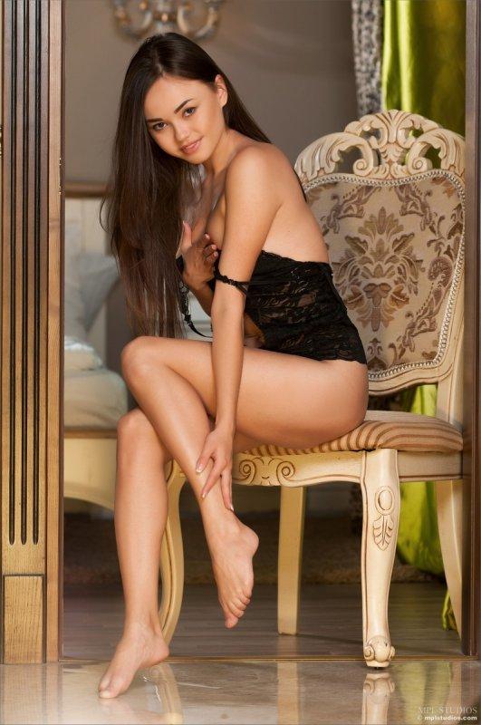 Симпатичная русская девушка с круглой накачанной попкой