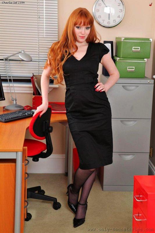 Рыжая секретарша в черных чулках развратничает в офисе