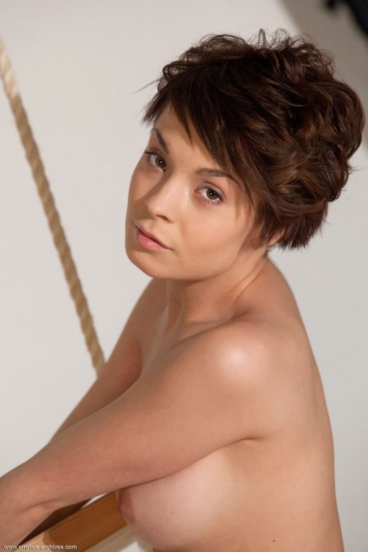 Стройная брюнетка с маленькой соблазнительной грудью