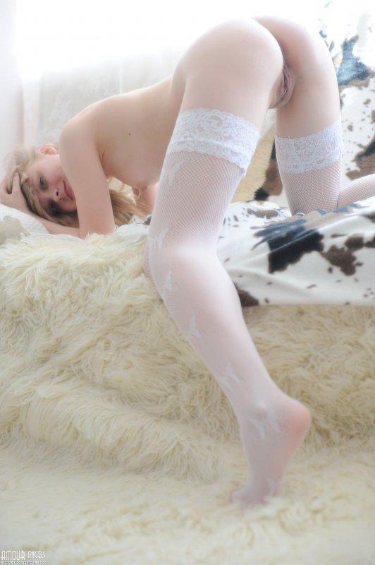 Милая молодая блондинка с красивой попой в чулках