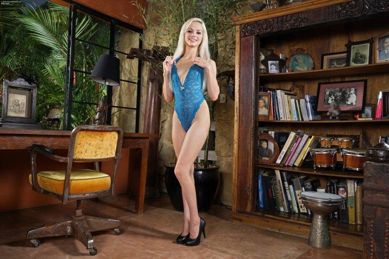 Грациозная блондинка с красивой попкой в ретро кабинете