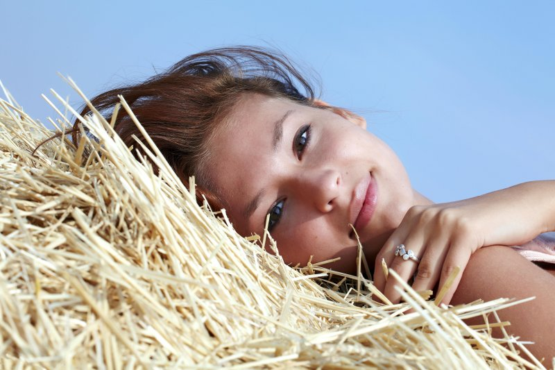 Голая девушка на сене с маленькой грудью и бритой щелкой