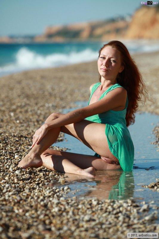 Рыжая девушка с небольшой грудью на пляже светит киской