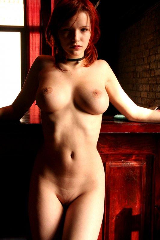 Русская рыжая девушка с большими сиськами оголилась