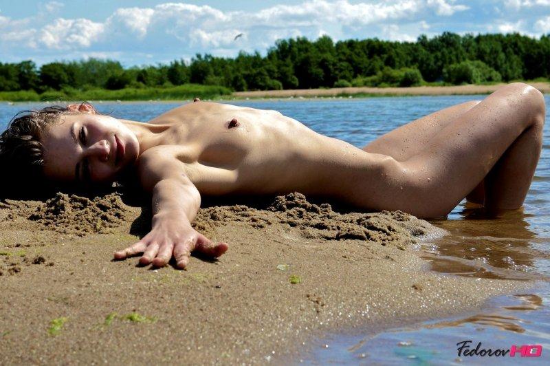 Стройная гибкая девушка на пляже сняла всю одежду