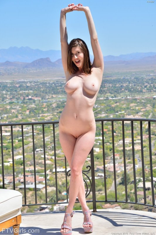 Сексапильная брюнетка показала упругую грудь на улице