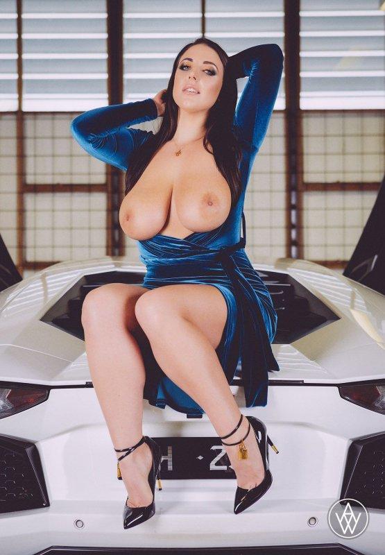 Голая женщина с большой красивой грудью в машине