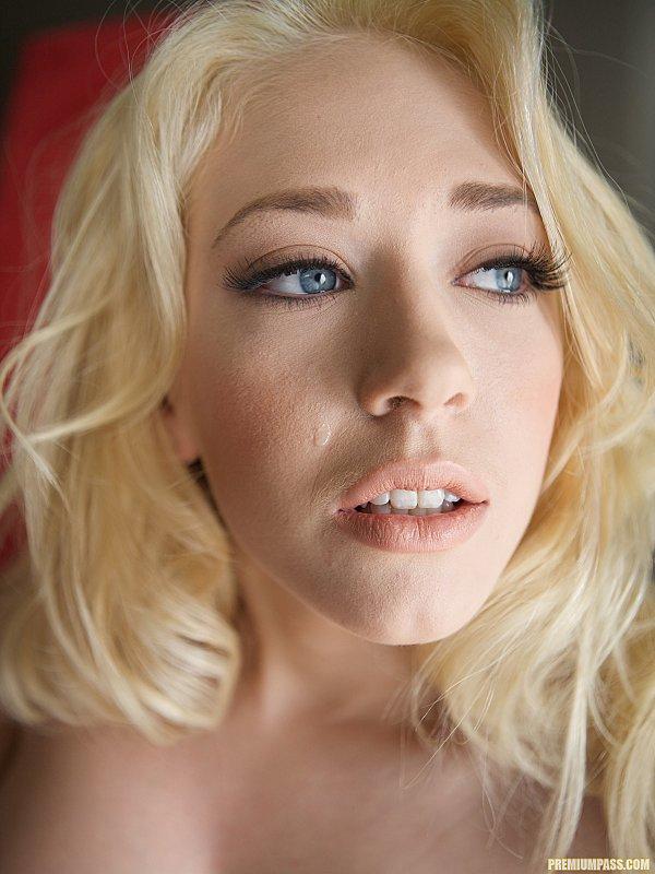 Очаровательная сочная блондинка с голубыми глазами