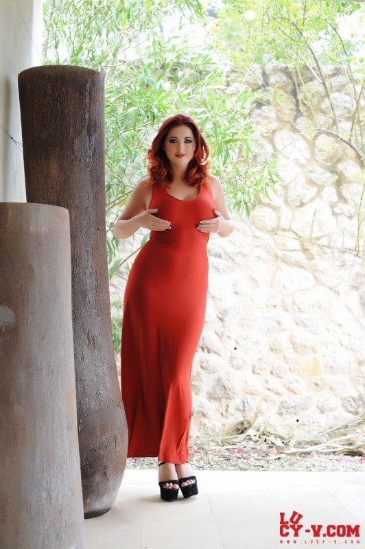 Жгучая рыжая полная женщина оголила роскошную грудь