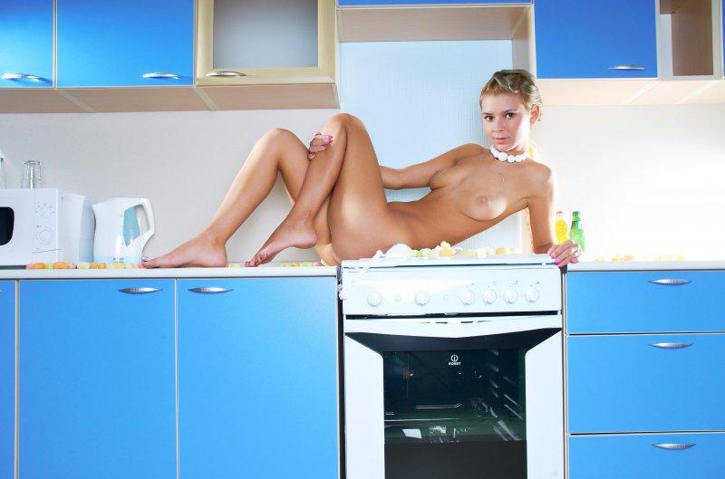 Стеснительная голая девушка устроила беспорядок на кухне