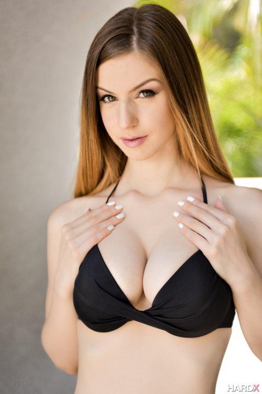Высокая страстная девушка с большой грудью позирует голой