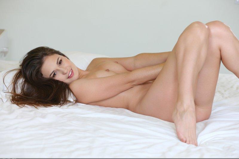 Сочная попка красивой голой девушки