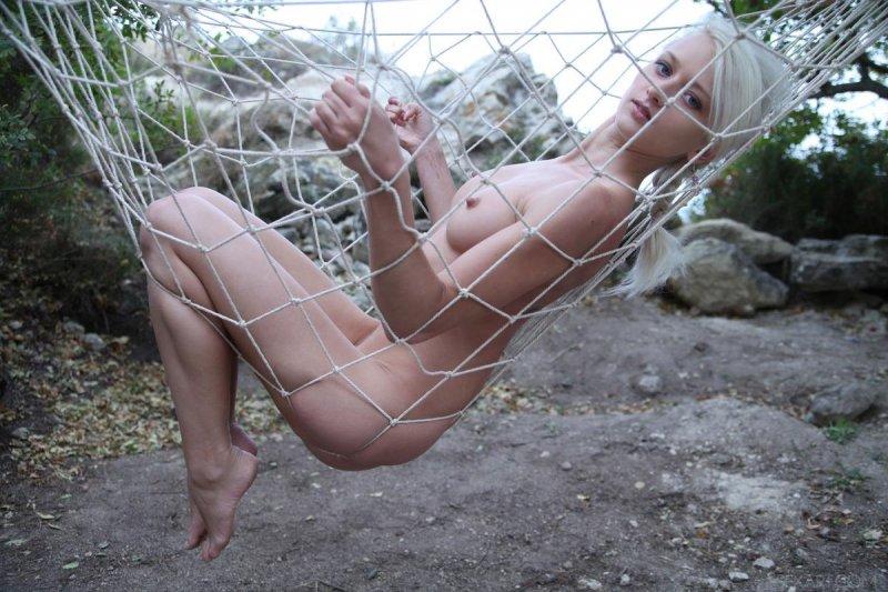 Голая девушка отдыхает на природе