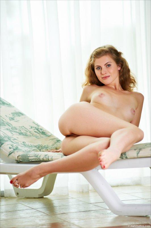 Кудрявая рыжая девушка голая