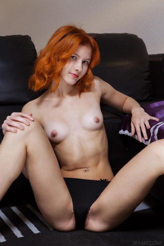 Рыжая девушка ласкает бритую киску