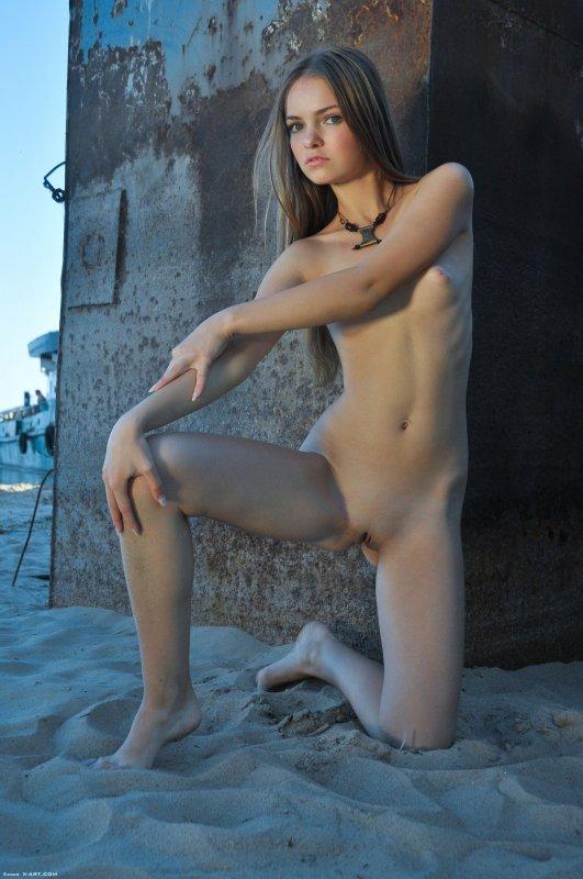 Стройная девушка снимает чёрные трусики