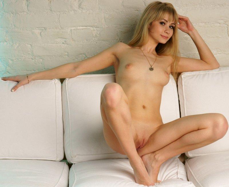 Голая блондинка показала письку и жопу