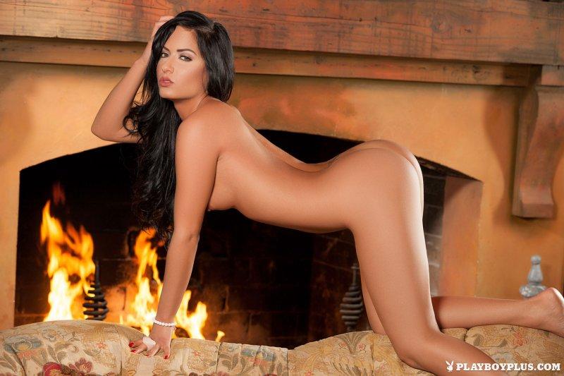 Голая девушка на фоне огня в камине