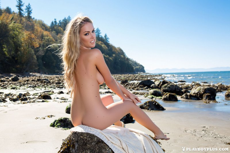 Сексуальная блондинка разделась на пляже