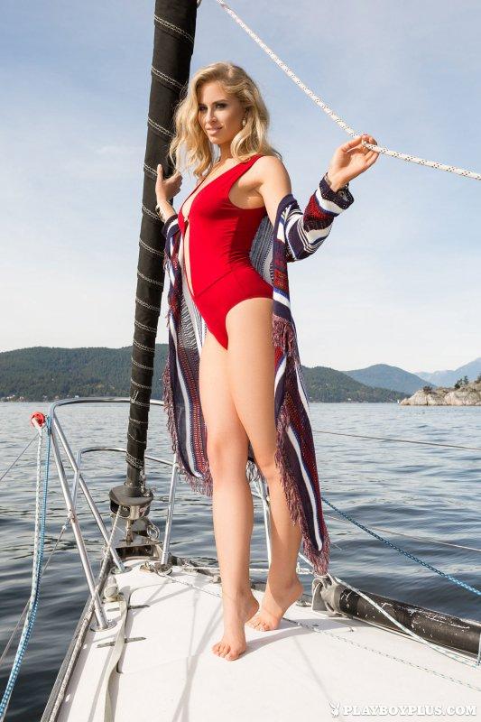 Голая девушка на яхте в море