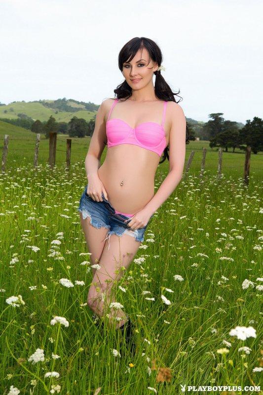 Голая девушка в ромашковом поле