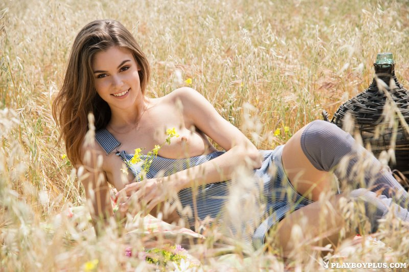 Красивая голая девушка в поле пшеницы