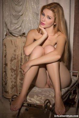 Сексуальная голая блондинка с красивой киской