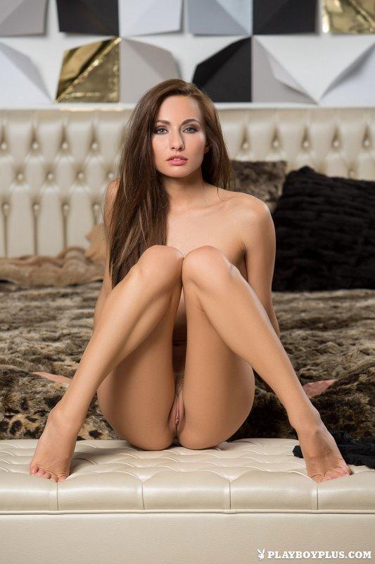Голая девушка с очень красивым телом