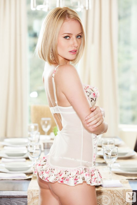 Голая блондинка с маленькой грудью за столом