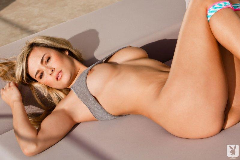 Красивые голые формы сексуальной блондинки