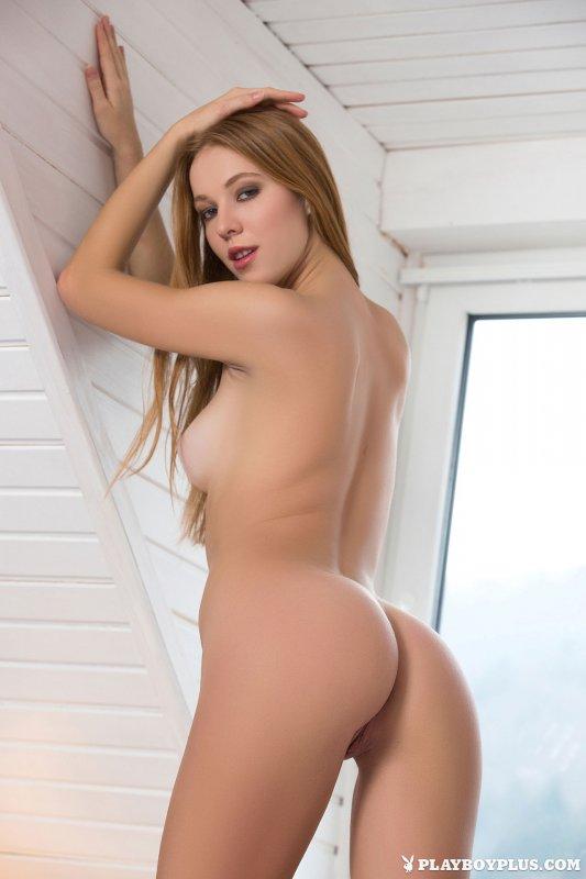 Худенькая девушка с голой попкой