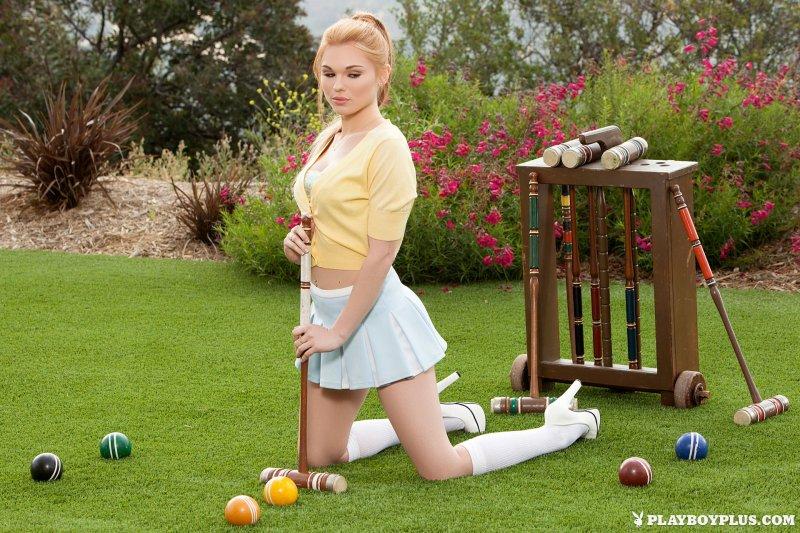 Голая девушка в белых гольфах