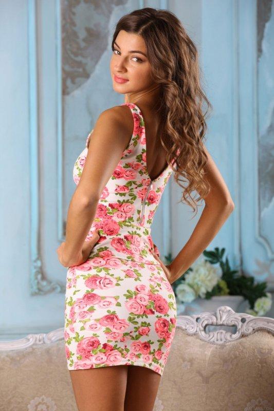 Красивая девушка снимает платье