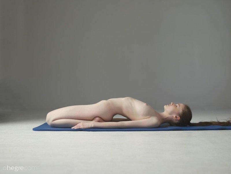 Молодая голая девушка делает зарядку