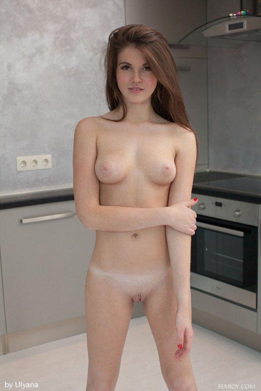 Голая красотка на кухне