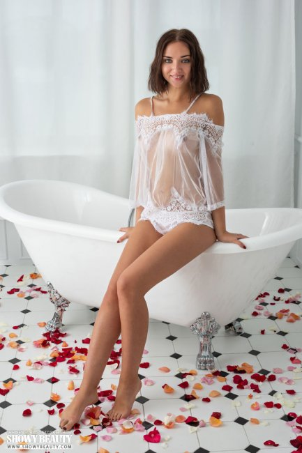 Голенькая купается в ванне с лепестками роз