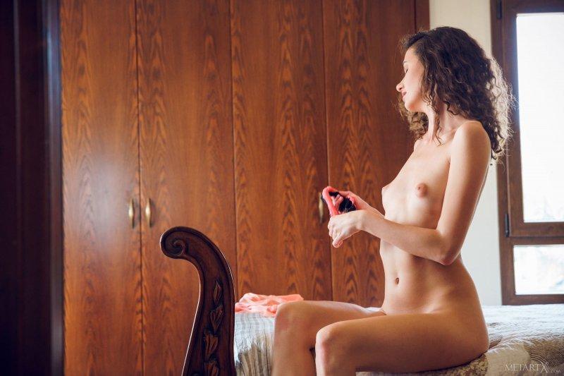 Отодвинула трусики и показала бритую киску
