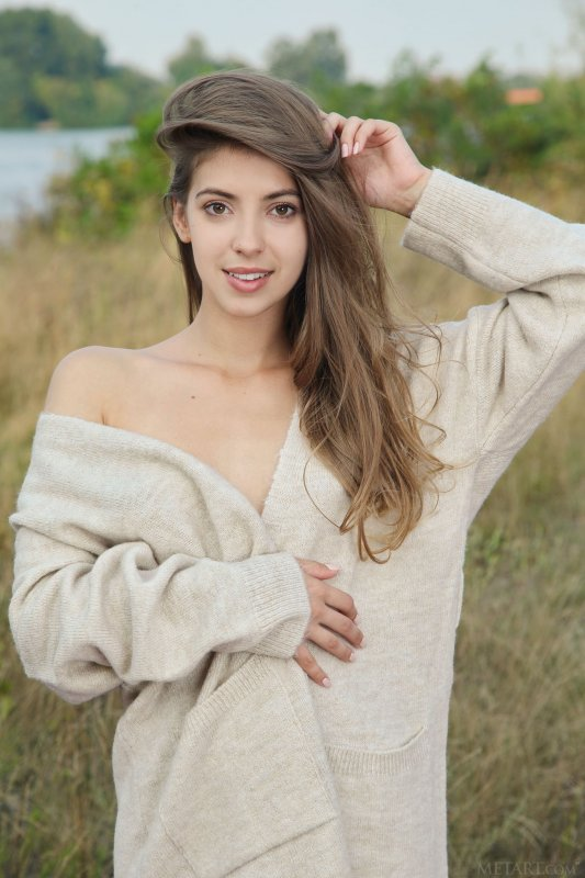 Голая девушка встала раком в поле